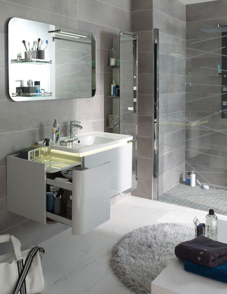 Une petite salle de bain qui allie design et praticité
